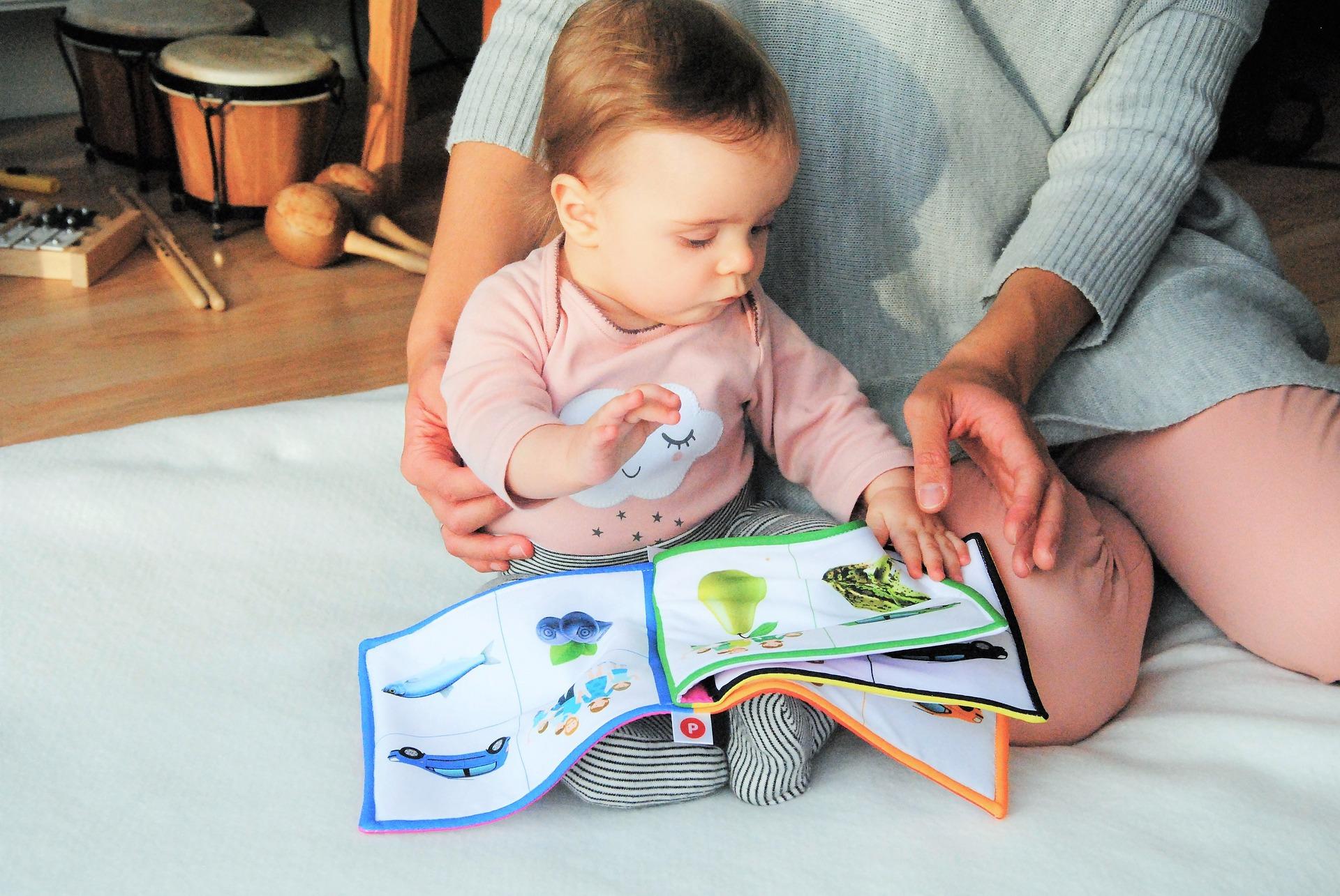 dete-drži-knjigu