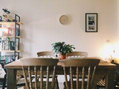 uređenje trpezarije dekorativnim cvećem na stolu